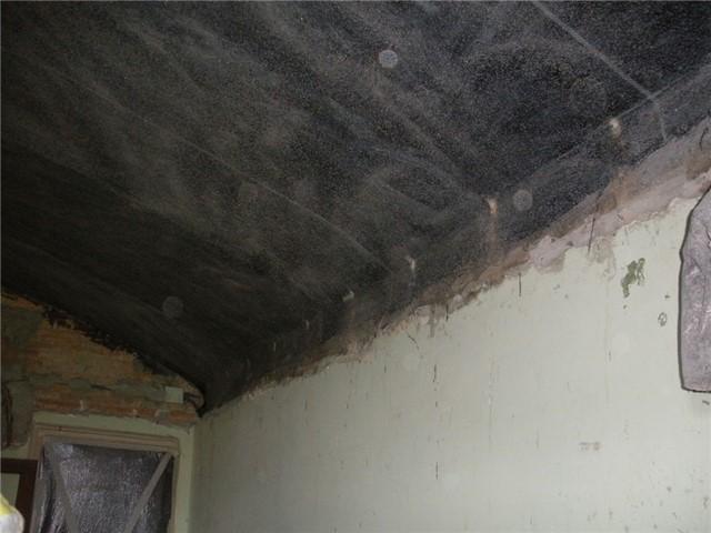 Consolidamento in intradosso di volta in mattoni, con tessuto in fibra di carbonio applicato con resina epossidica