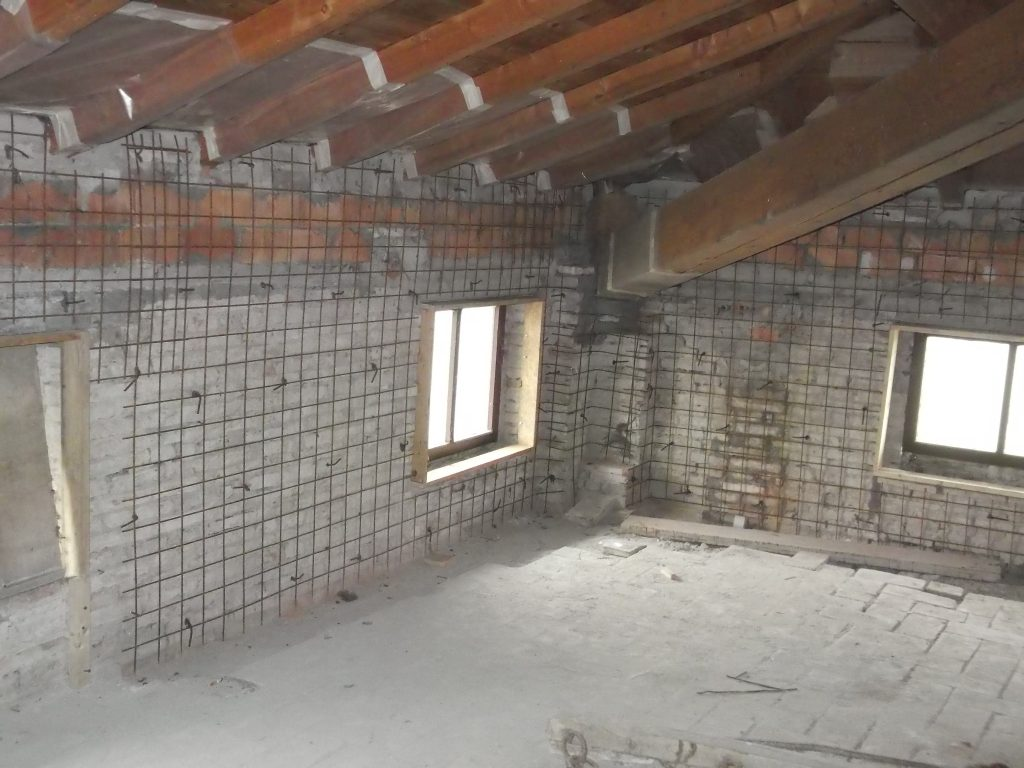 lavori eseguiti - Enti pubblici, privati, Imprese, Studi tecnici - Rifacimento di un tetto, apertura di porte e finestre.