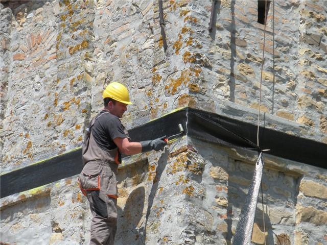 Messa in sicurezza provvisoria con cerchiatura di un campanile lesionato dal terremoto, con tessuto in fibra di carbonio