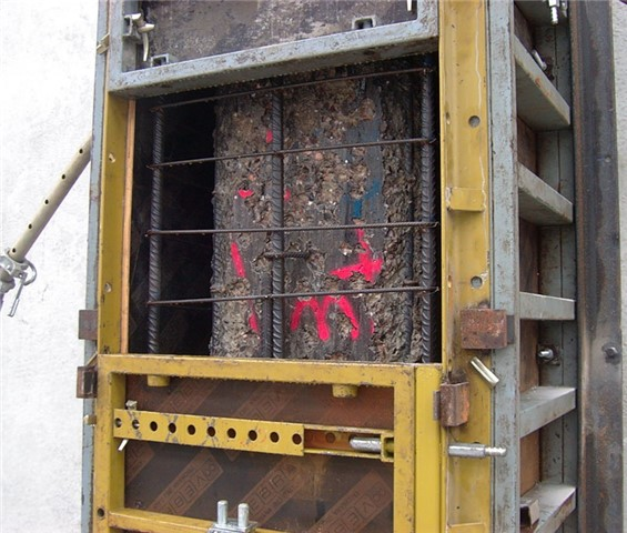 Particolare dell'intonaco armato del pilastro, prima del getto del calcestruzzo