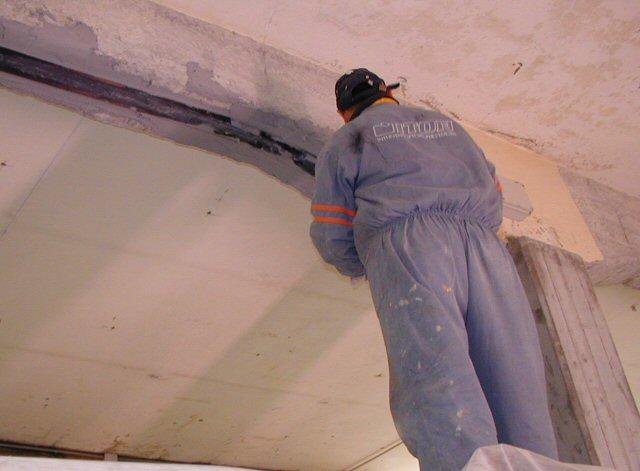 Rinforzo delle travi in cemento armato con lamine in fibra di carbonio incollate con resina. L'utilizzo delle fibre ha evitato la posa invasiva di travature in ferro.