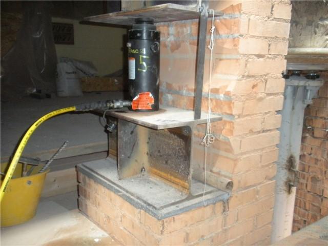 Sollevamento palazzo per sostituzione colonne porticato: Il martinetto mentre solleva il porticato, per consentire la sotituzione delle colonne.