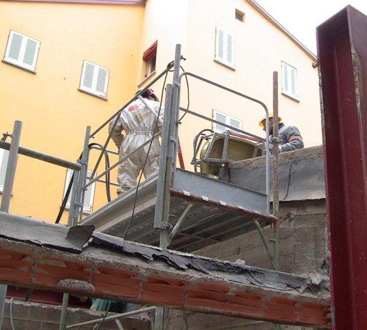 Demolizione con pinza idraulica manuale di un muro in c.a.