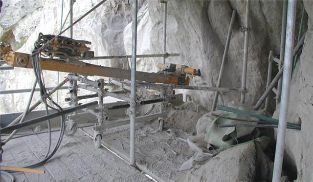Perforazione a rotopercussione in roccia