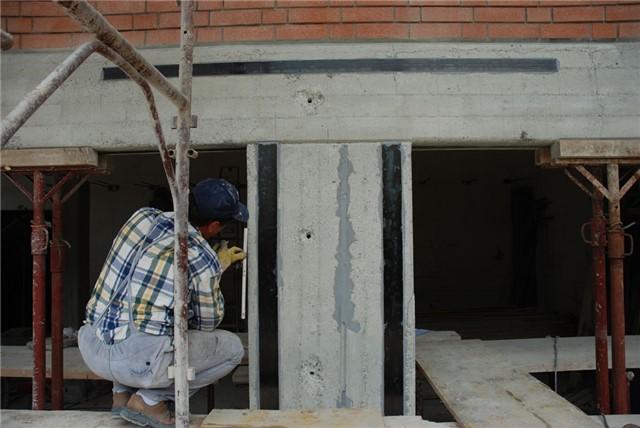 Rinforzo pilastro con bandelle /lamine in carbonio applicate con resina epossidica