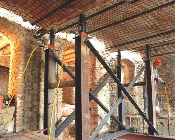 Riposizionamento di solaio a volte collassato, mediante sollevamento con martinetti idraulici: fase finale del lavoro a collocazione avvenuta (il solaio è stato alzato di circa 20 cm.)