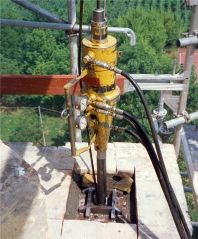 Tesatura dei tiranti con martinetto idraulico