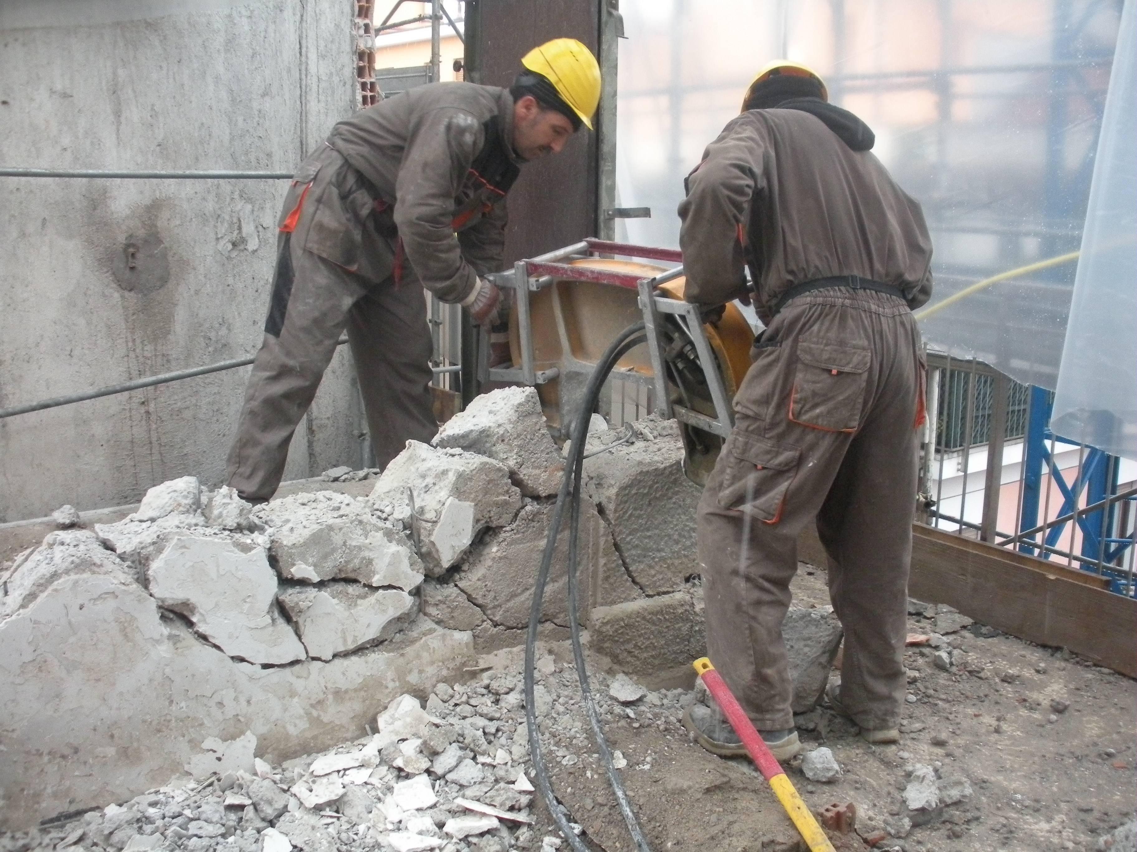 Frantumazione con pinza idraulica manuale per la demolizione controllata