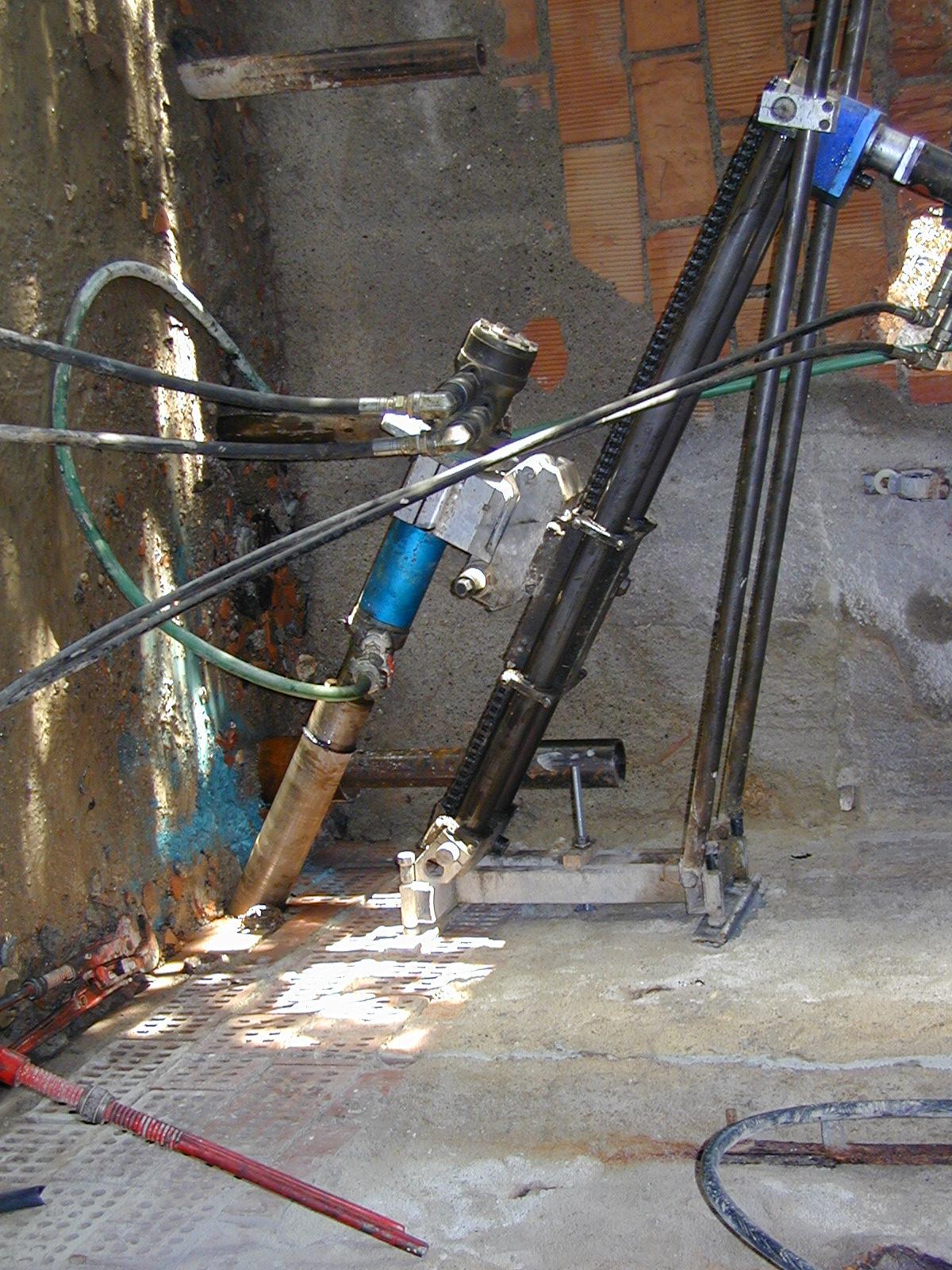 Perforazione e carotaggio inclinato con macchina idraulica ad utensile diamantato per la formazione di fori - ITON SRL