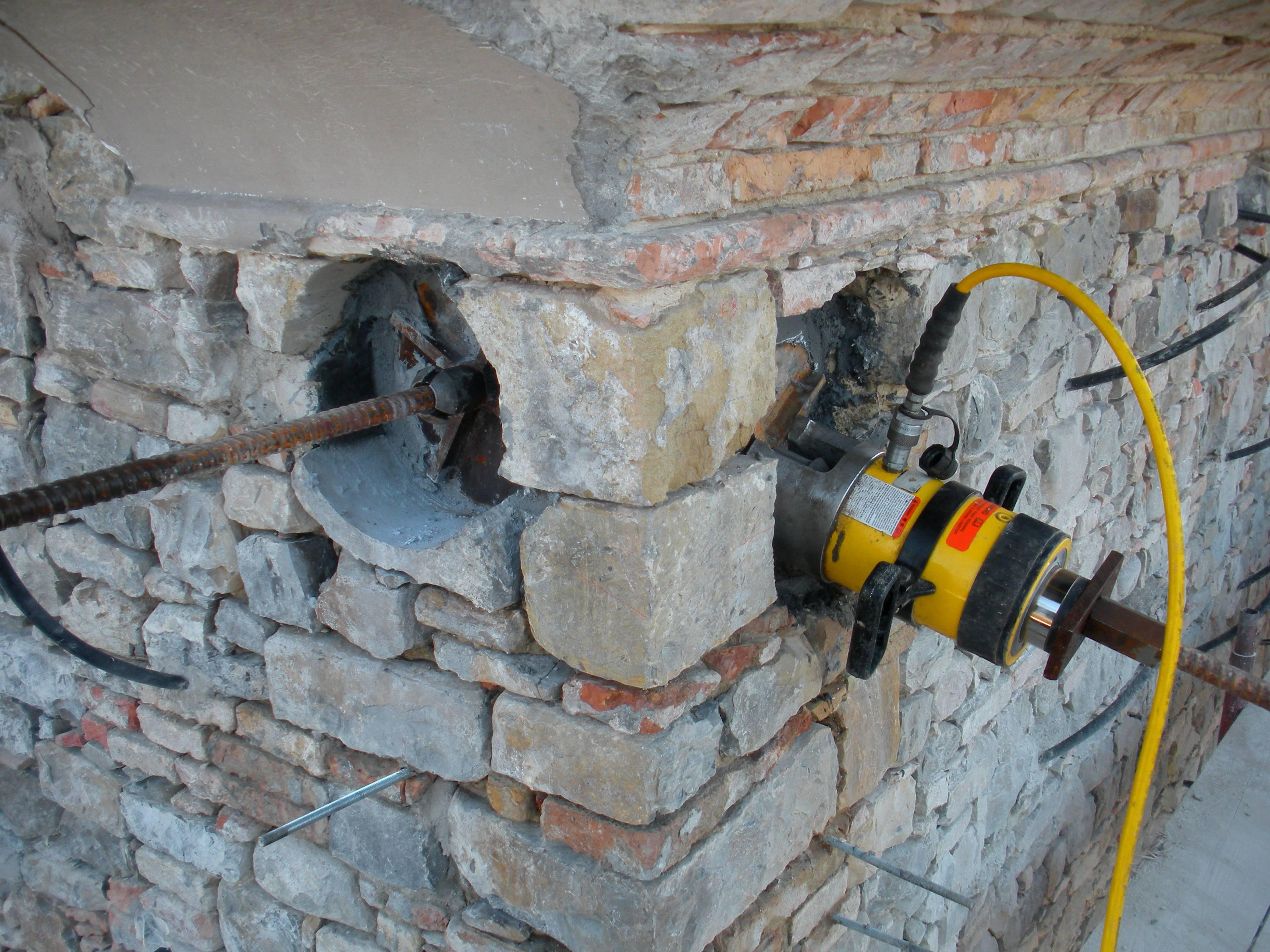 Tesatura con martinetto idraulico di tiranti in barre Diwidag - ITON SRL