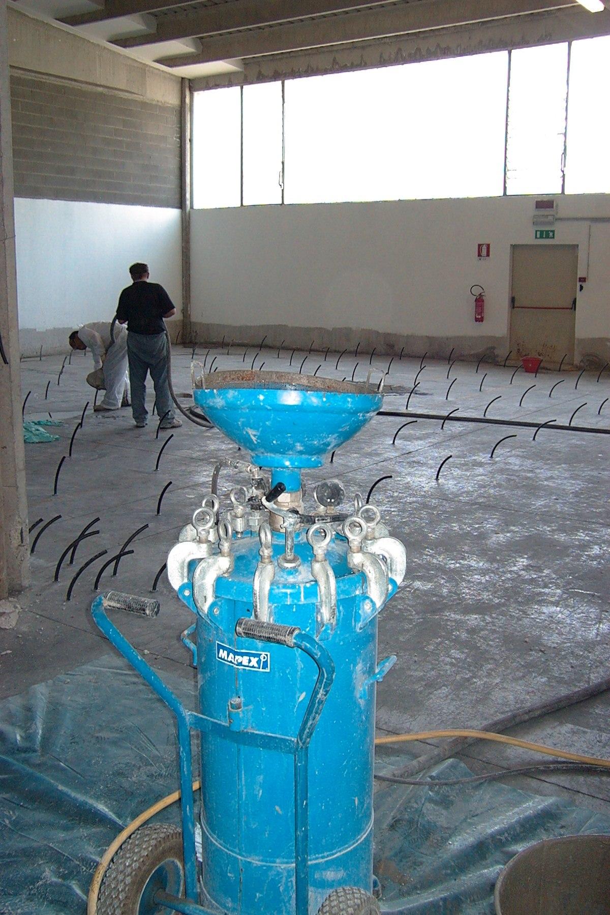 Iniezione di boiacca cementizia in un pavimento industriale, per il riempimento del vuoto creato dall'assestamento del sottofondo - ITON SRL