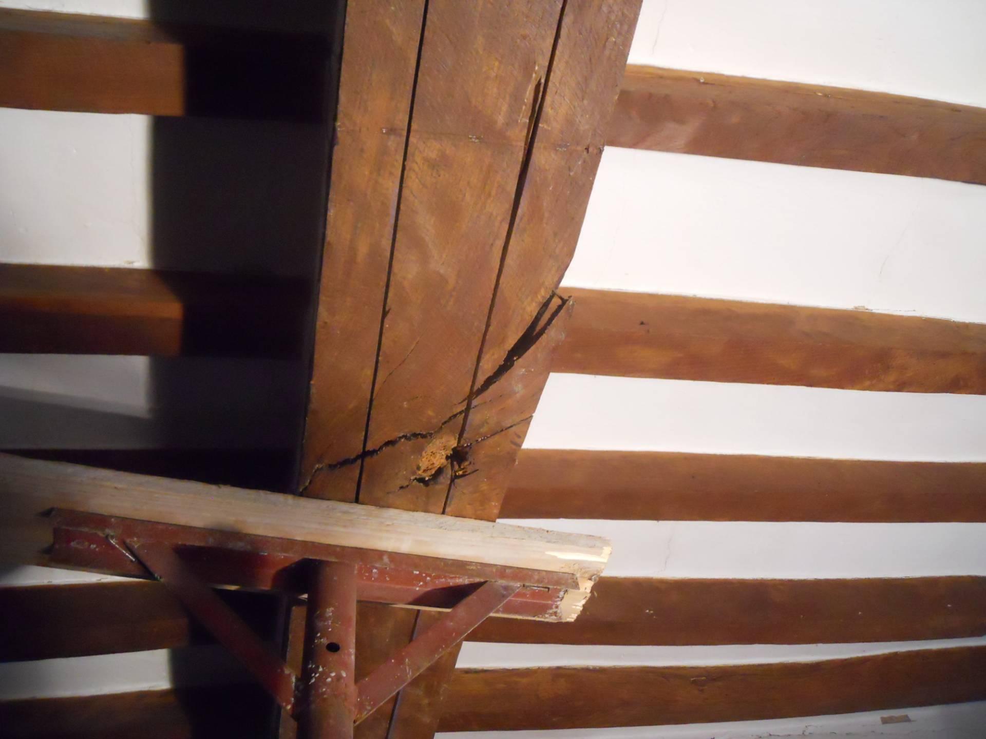 Consolidamento trave in legno lesionata con rinforzo in lamine di carbonio - ITON SRL