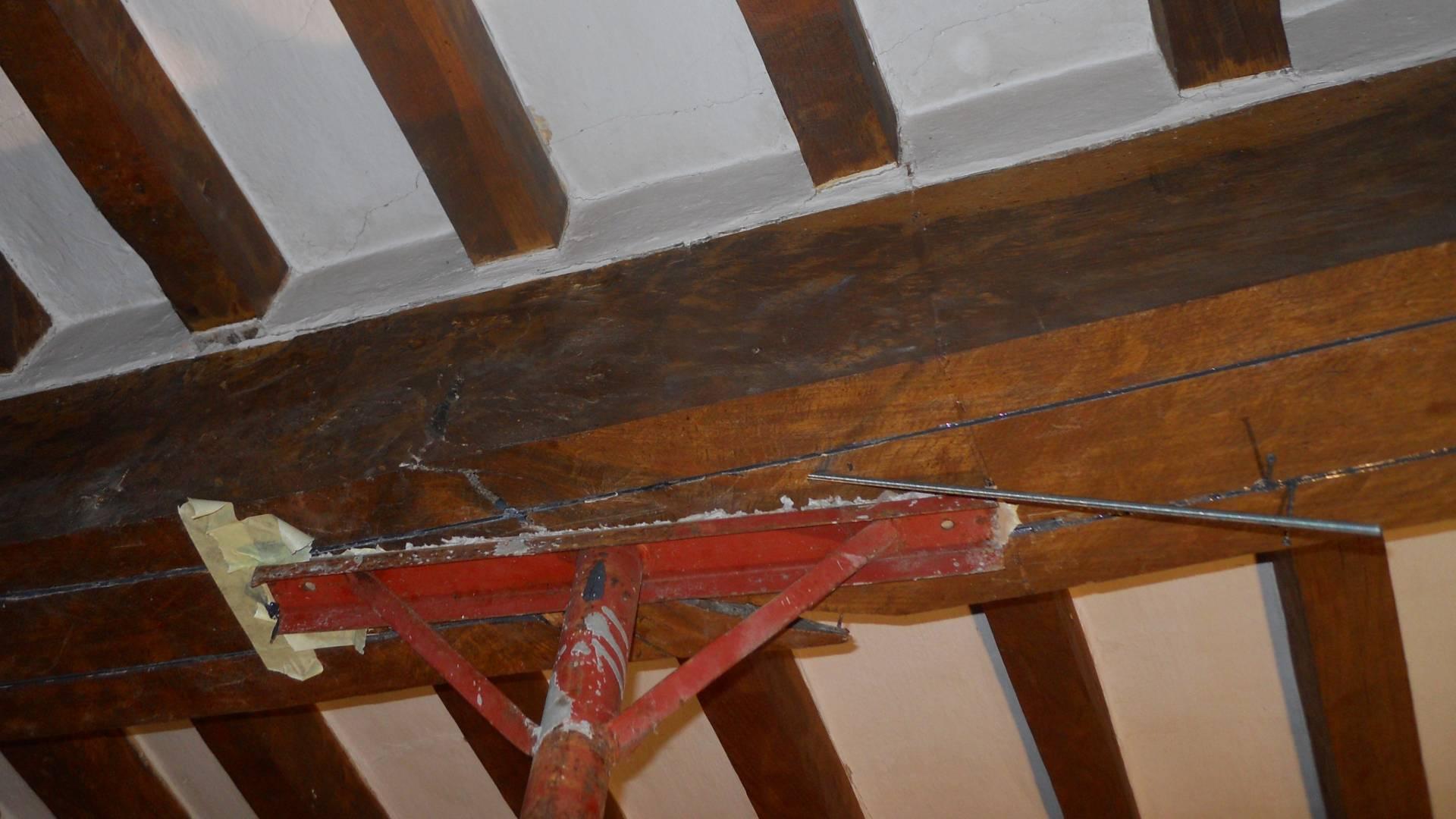 Particolare del rinforzo della trave in legno in cui sono state inserite ed incollate, con resina, le lamine in carbonio - ITON SRL