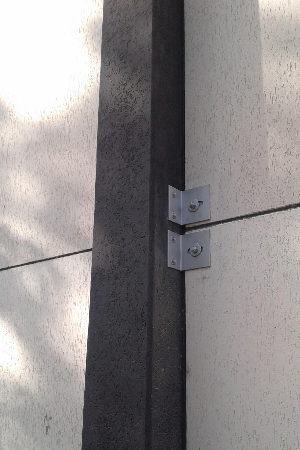 Particolare di vincolo anti ribaltamento dei pannelli al pilastro - ITON SRL