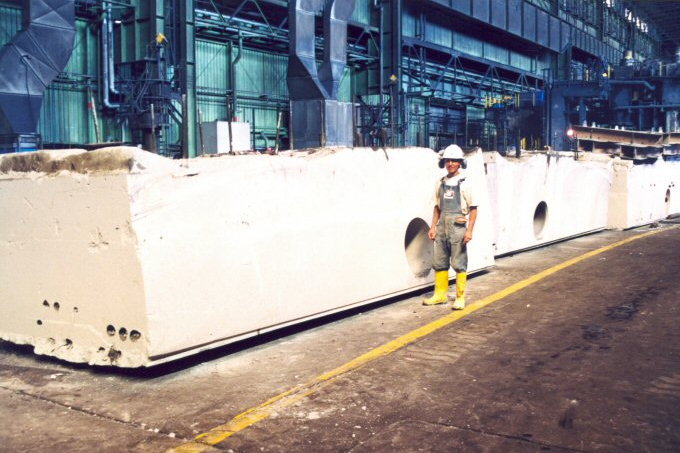 Demolizione parziale impianto siderurgico in IRAN: L'intervento richiedeva la demolizione di grandi volumi di cemento armato in tempi brevi per non interrompere la produzione nello stabilimento. A tal fine il progettista, valutate le diverse opzioni, ha individuato nel sistema di demolizione controllata, la soluzione più idonea. L'utilizzo simultaneo di diverse attrezzature quali: macchine a filo, macchine per taglio a disco e carotatici, ha consentito il proseguo dell'attività industriale permettendo anche di tagliare e smaltire blocchi del peso di 100 Ton.