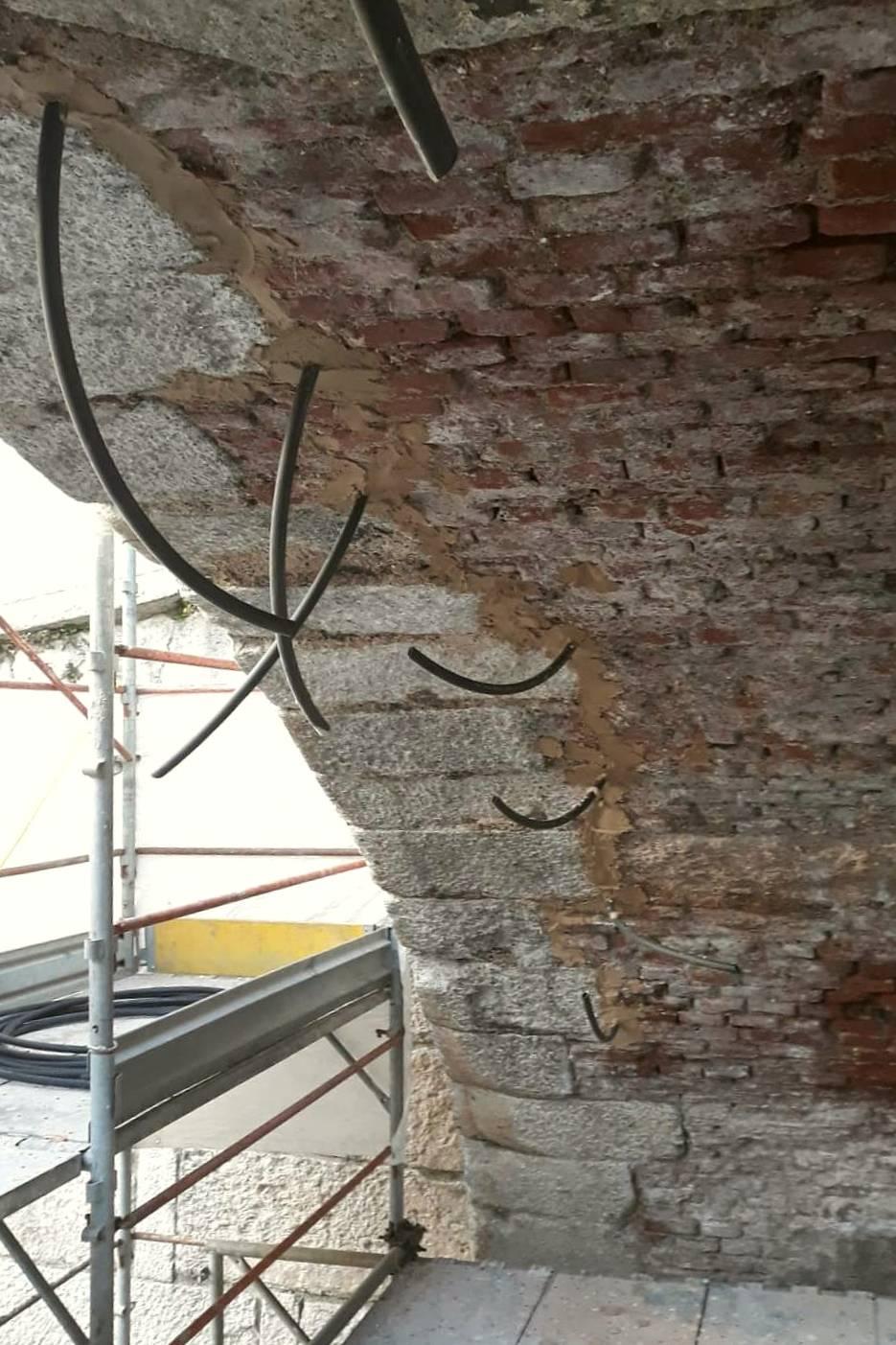 Iniezione di malta colloidale a base calce in una lesione di una arcata di un ponte sul Naviglio Grande a Boffalora sopra Ticino - ITON SRL