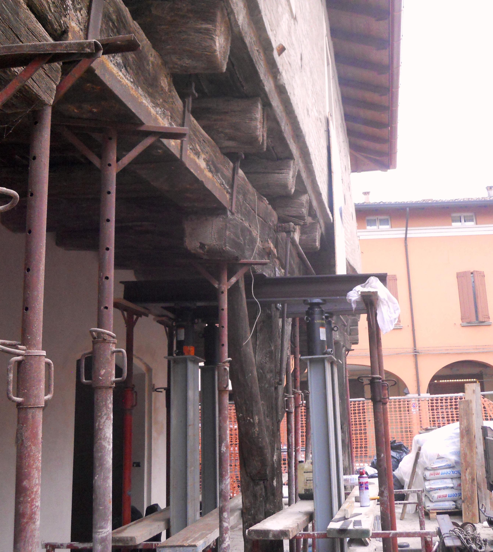 Sollevamento di un fabbricato con martinetti idraulici per consentire i nuovi innesti lignei dei pilastri del porticato - ITON
