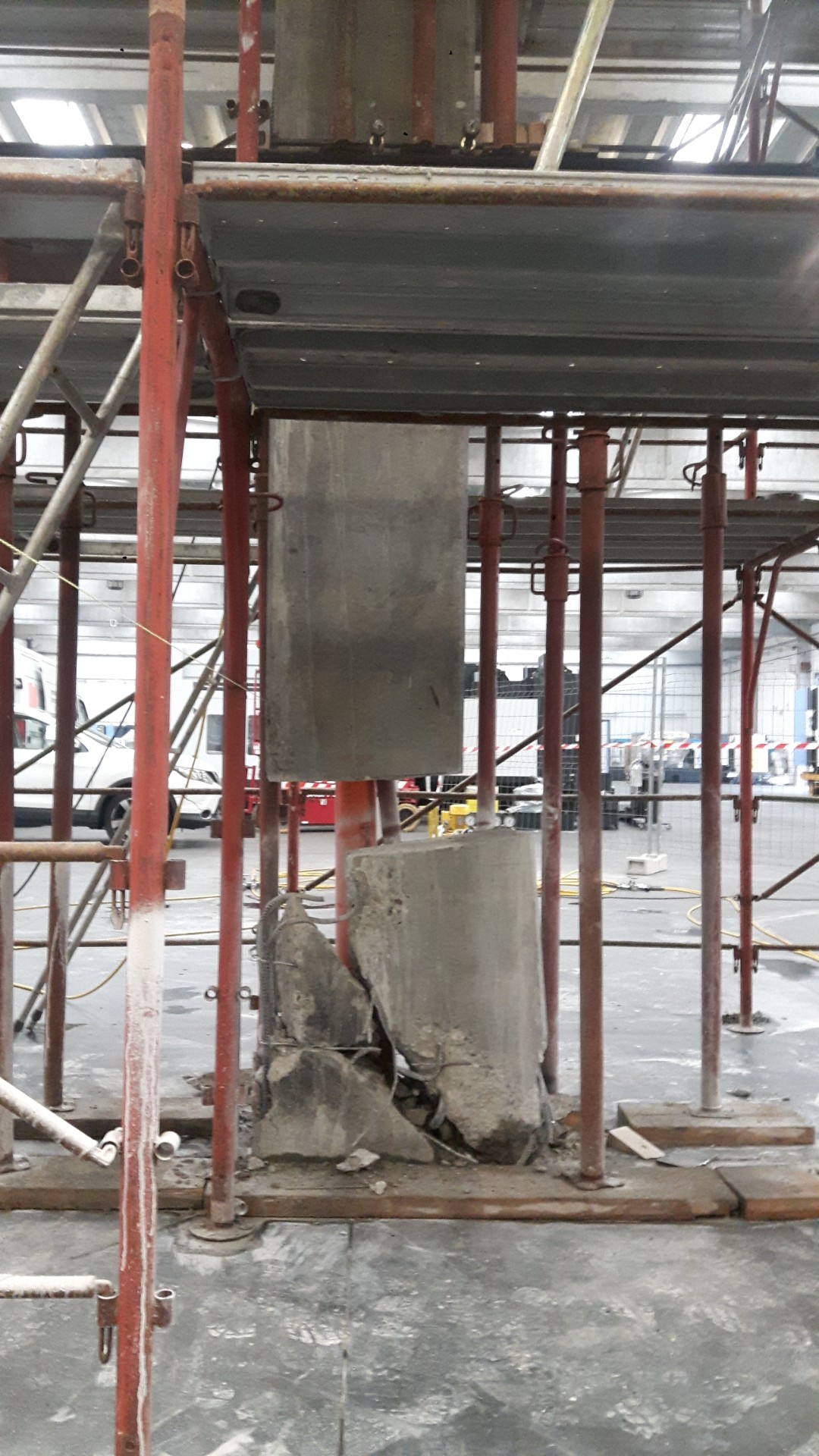 Sollevamento di un pilastro in cemento armato danneggiato, con martinetti idraulici - ITON SRL