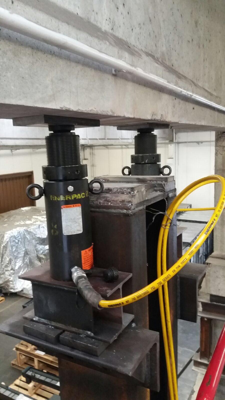Sistema dei martinetti idraulici utilizzati nel sollevamento delle travi e il pilastro in cemento armato danneggiato - ITON SRL
