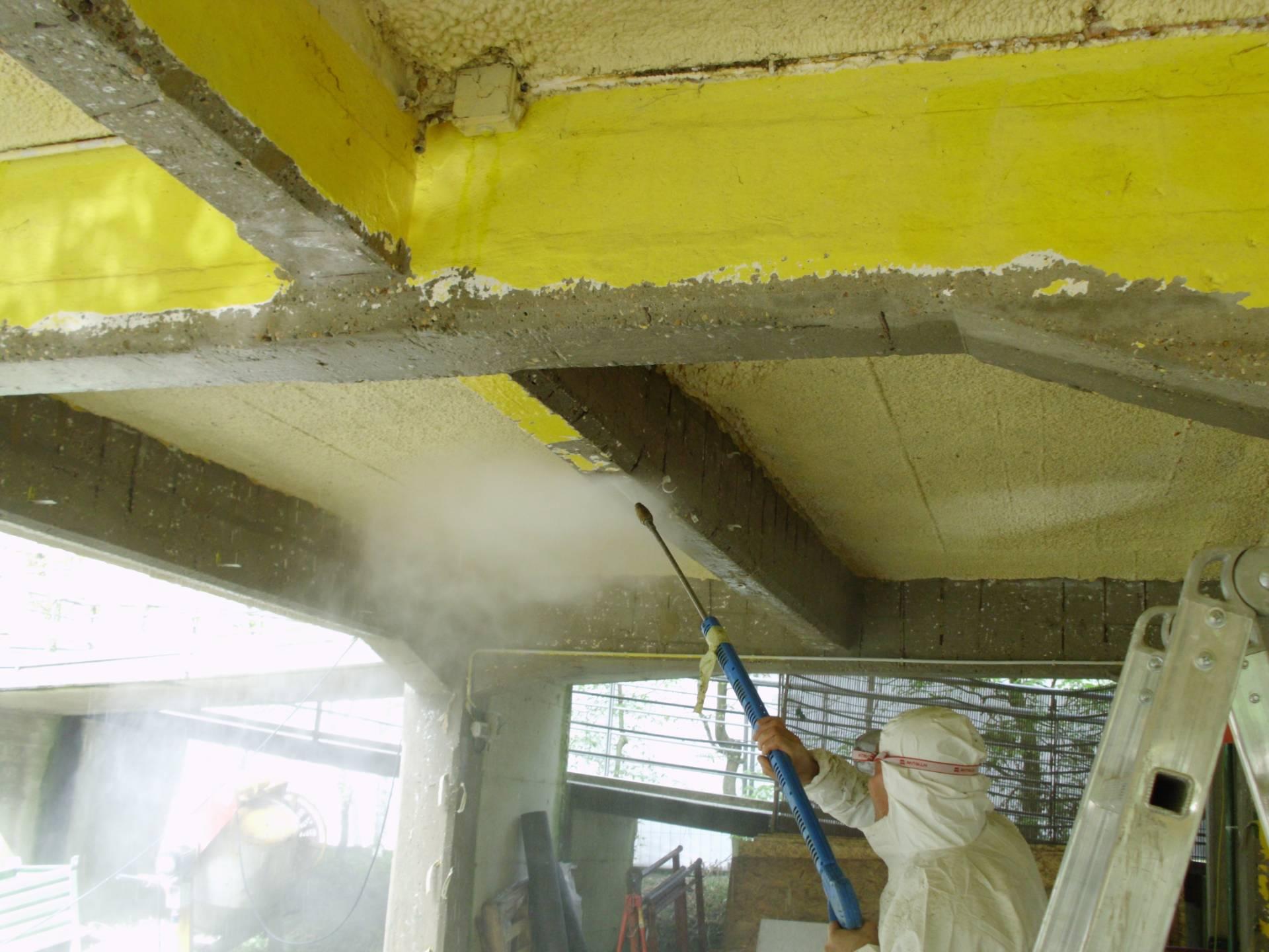 Esempio di rimozione e pulizia del c.a. in fase di distacco, prima della passivazione dei ferri d'armatura - ITON SRL