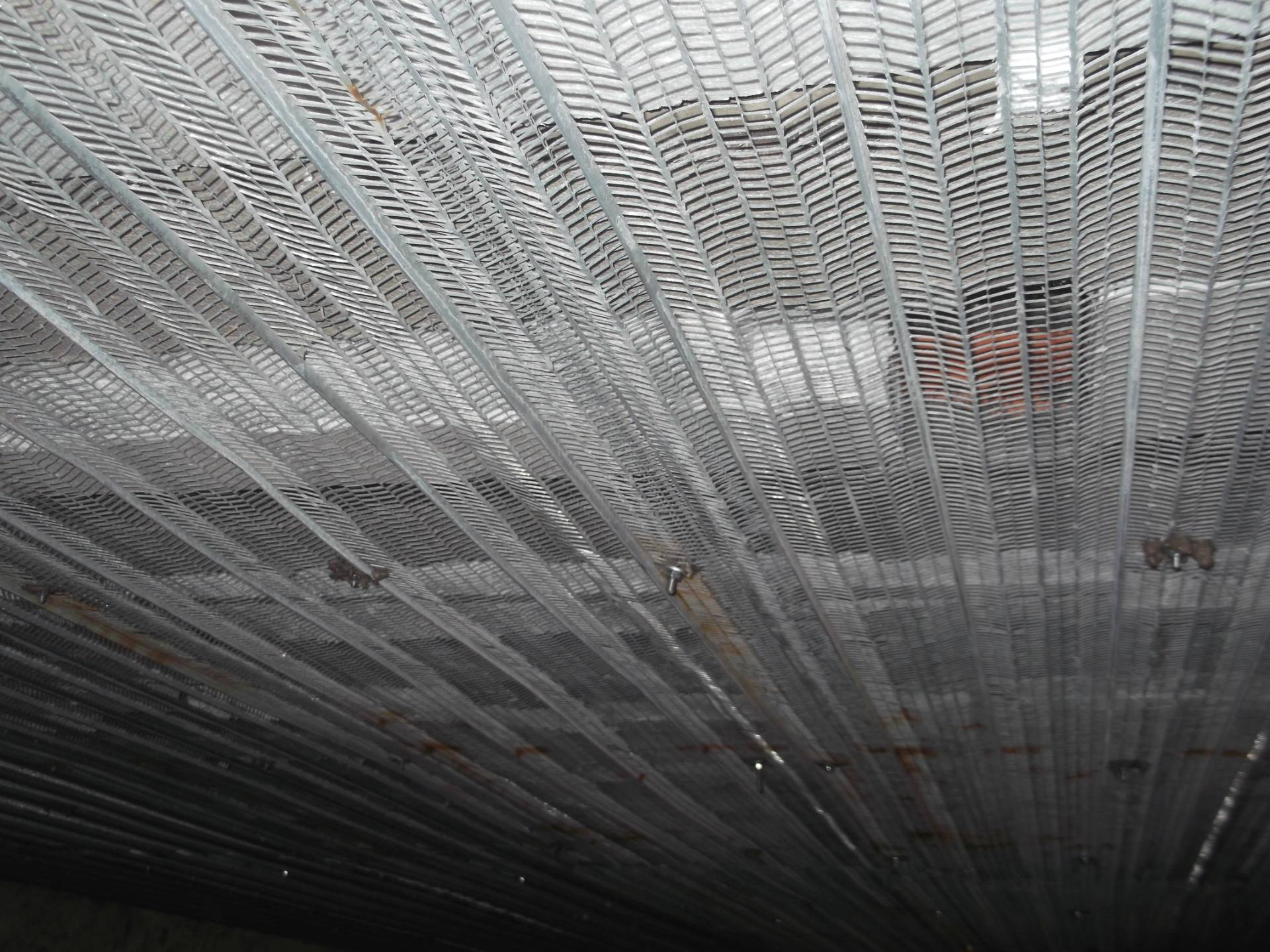 Ricostruzione solaio sfondellato con posa di rete nervometal fissata ai travetti - ITON SRL