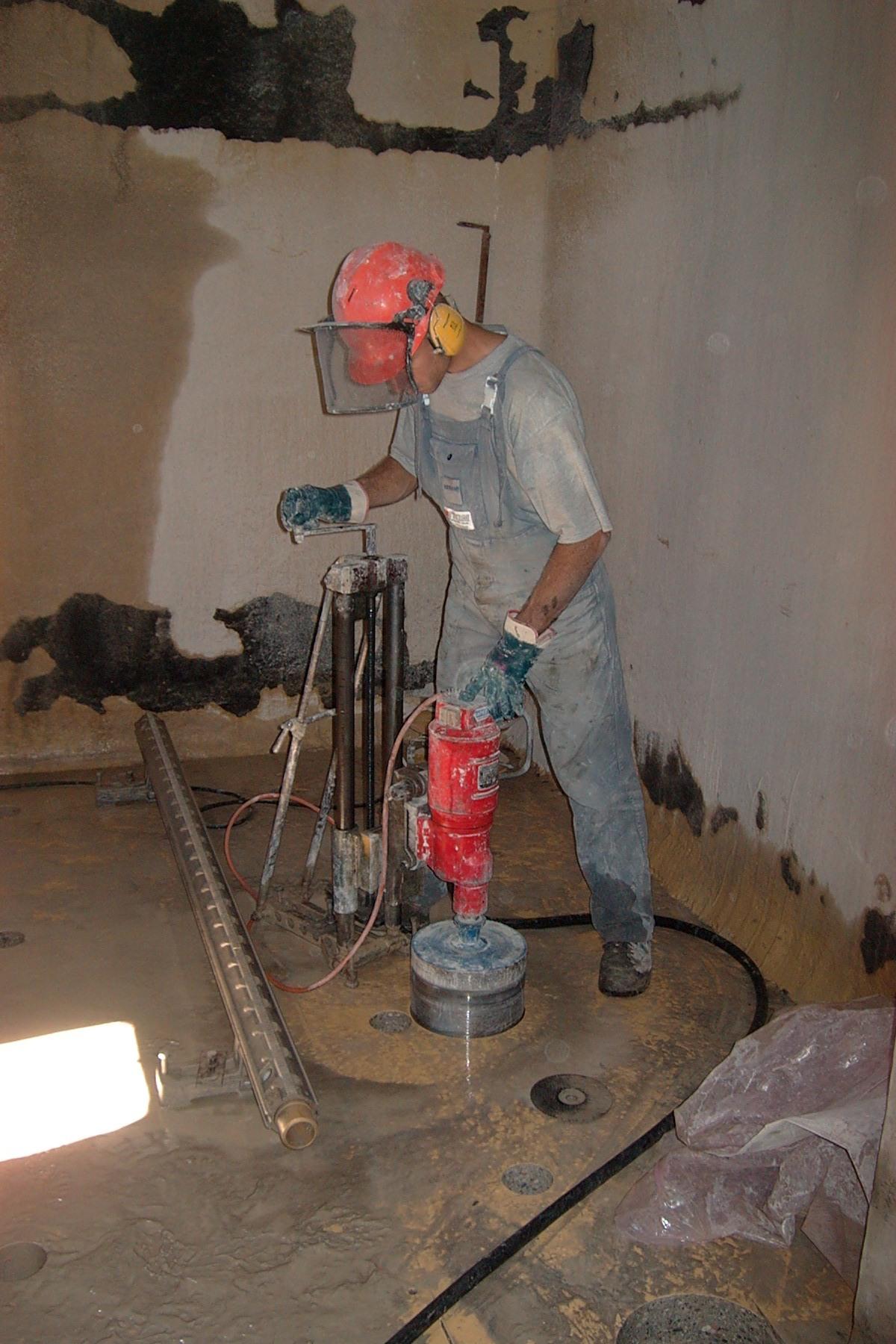 Perforazione con carotaggio di un solaio fortemente armato. Le stesse attrezzature possono essere utilizzate in orizzontale.