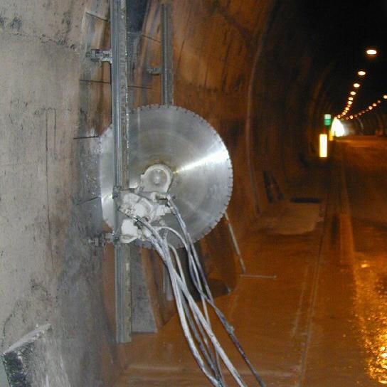 Taglio verticale: Taglio con sega a disco diamantato. Formazione di nicchia, con tagli orizzontali e verticali, nella parete in cemento armato di una galleria Autostradale.